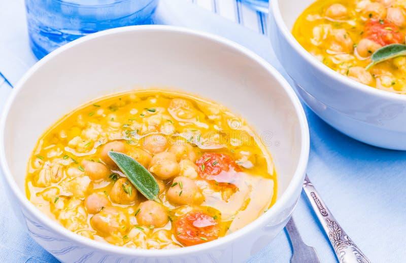 Soupe avec le pois chiche, orge images stock