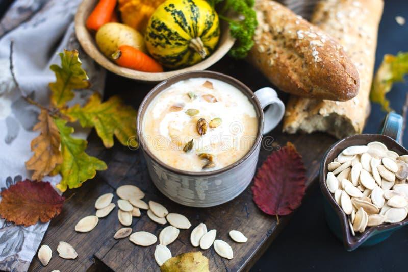 Soupe avec le potiron et la crème Repas d'automne Nourriture délicieuse pour le déjeuner photos libres de droits