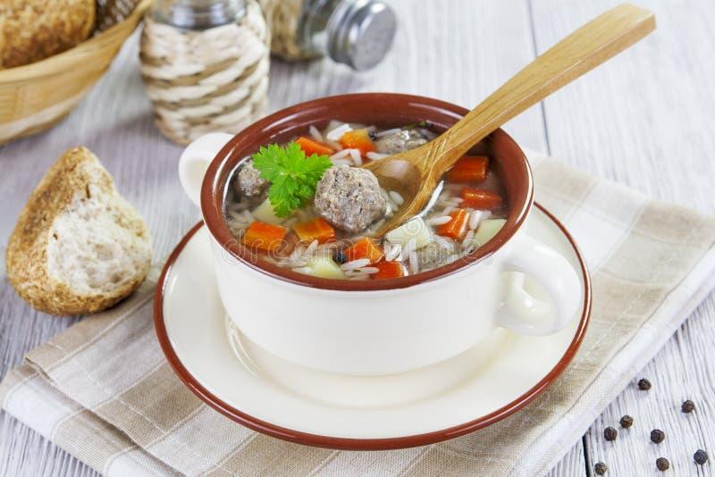 Soupe avec les boulettes de viande et le riz images stock