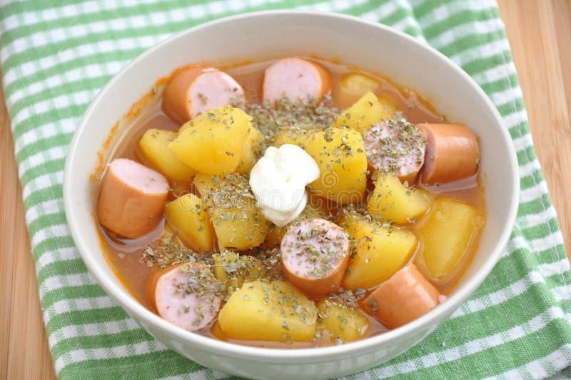 Soupe avec les pommes de terre et la saucisse photos stock