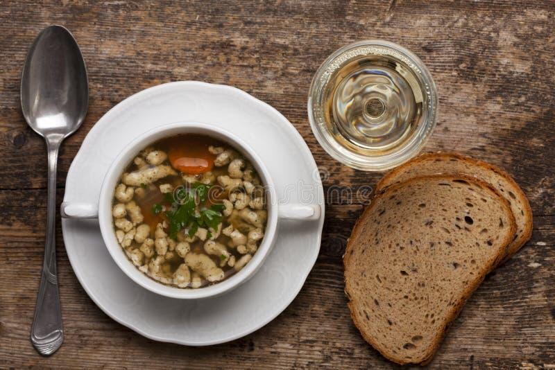 Soupe bavaroise à bratnockerl photos stock