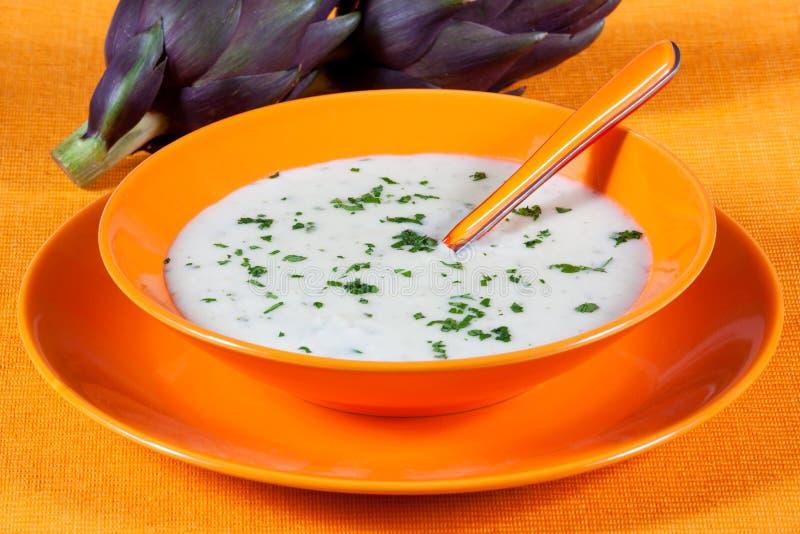 Soupe biologique à artichaut dans un plat photos libres de droits