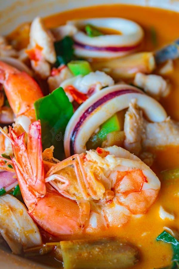 Soupe chaude et épicée à fruits de mer mélangés, cuisine thaïlandaise images stock