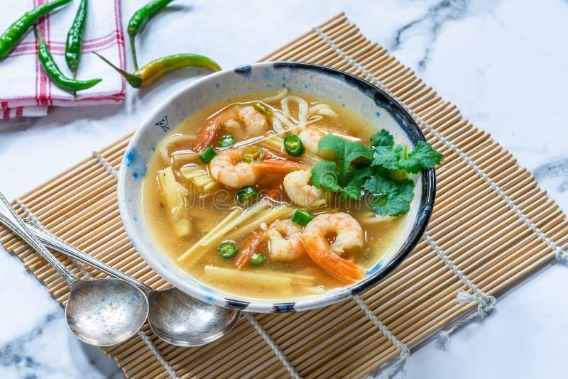 Soupe chaude et aigre à Tom yum - avec des crevettes roses photos stock