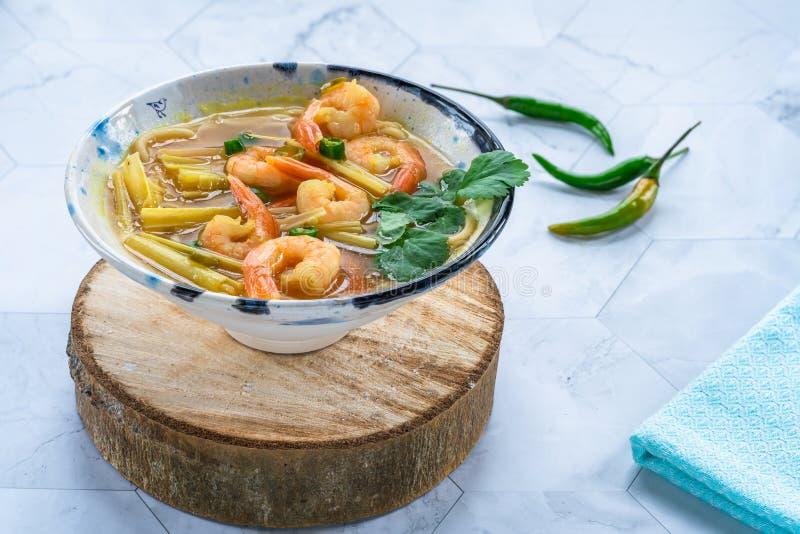 Soupe chaude et aigre à Tom yum - avec des crevettes roses image stock