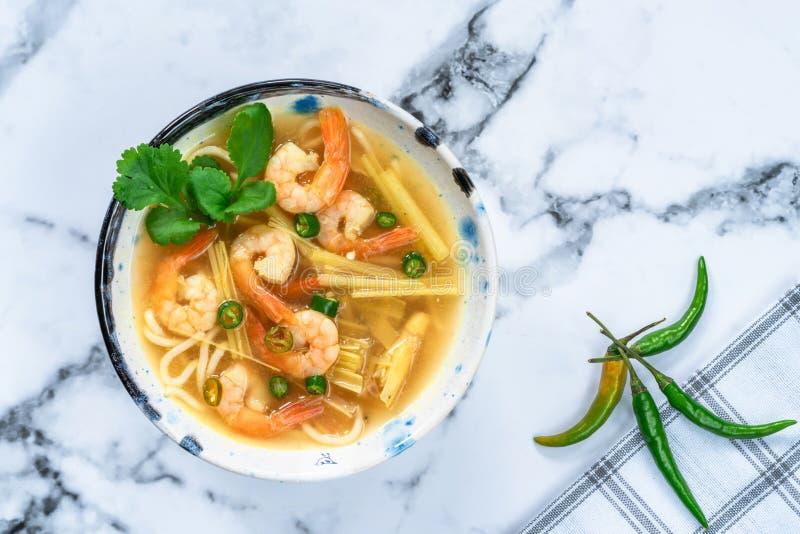 Soupe chaude et aigre à Tom yum - avec des crevettes roses photos libres de droits