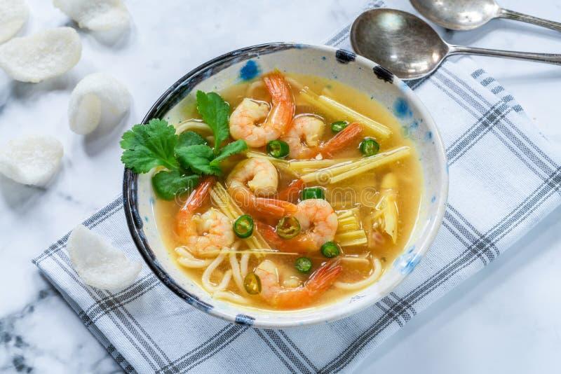 Soupe chaude et aigre à Tom yum - avec des crevettes roses photographie stock