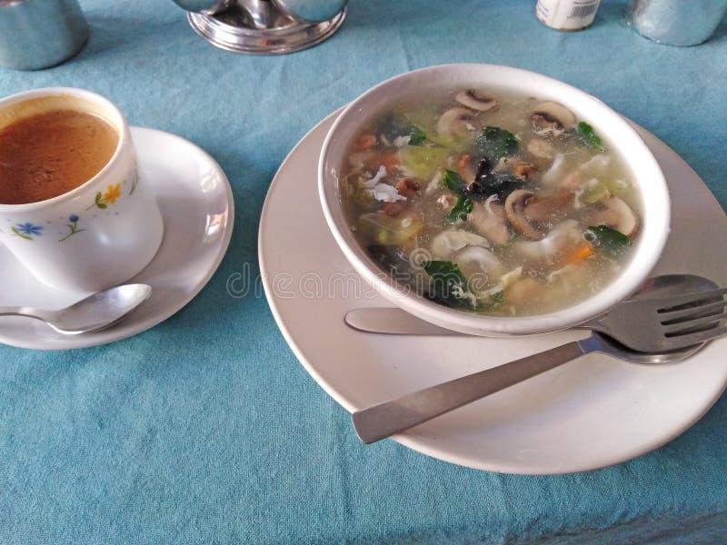 Soupe chinoise des fruits de mer avec les champignons et le thé de lait photographie stock libre de droits