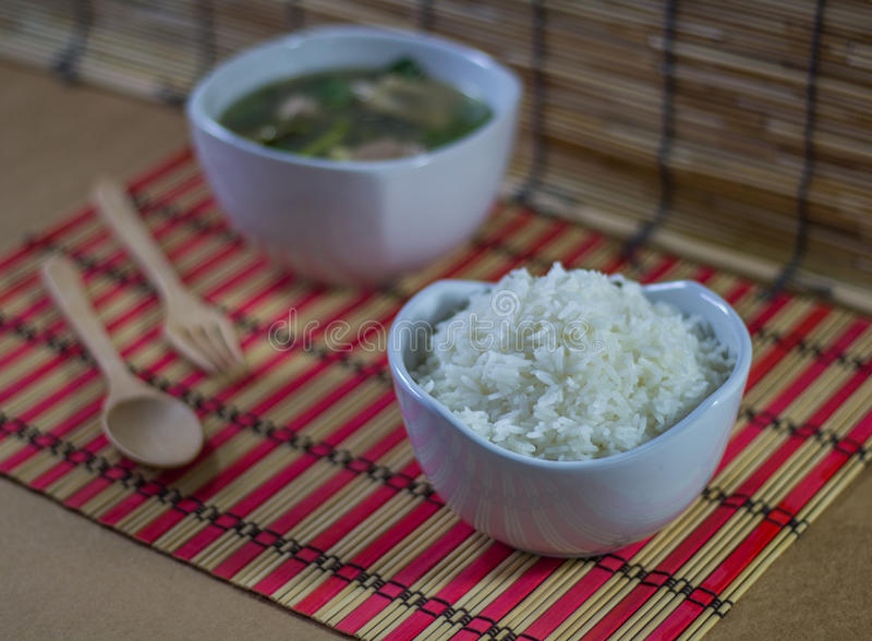 Soupe claire avec du porc, le légume et le riz image stock