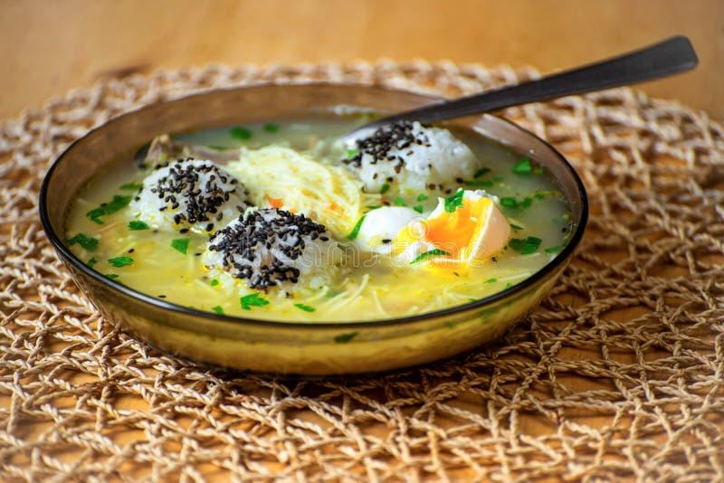 Soupe com ricw, macarronete e ovo escalfado fotos de stock