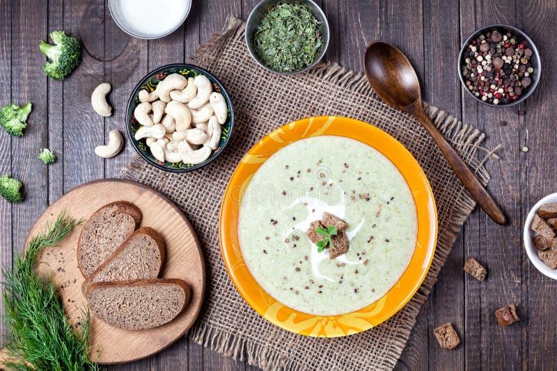 Soupe crème à brocoli de Vegan photo stock