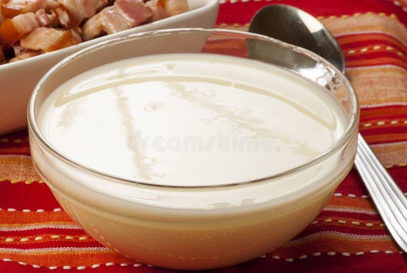 Soupe crème aux pommes de terre avec le lard images stock