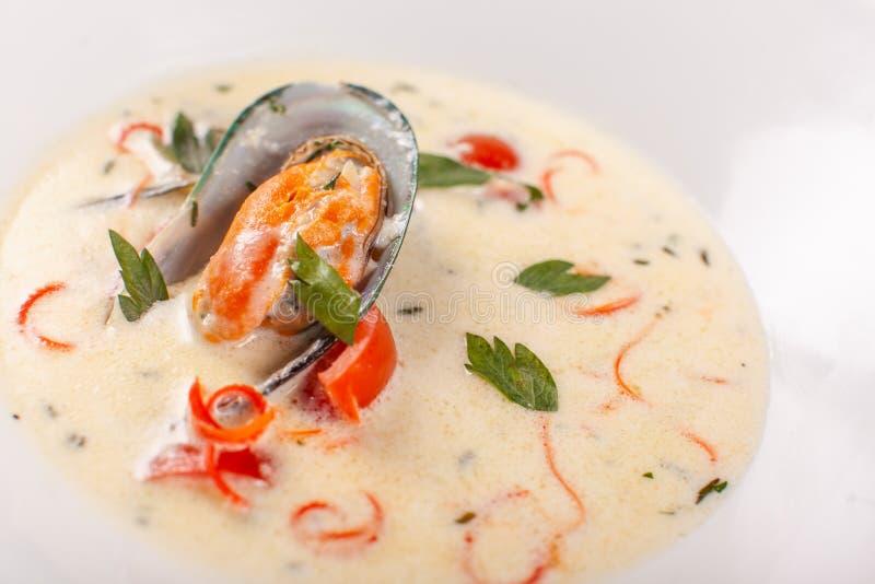 Soupe crème avec des fruits de mer, crevettes roses grillées, moules dans une coquille Menu méditerranéen de restaurant photo stock