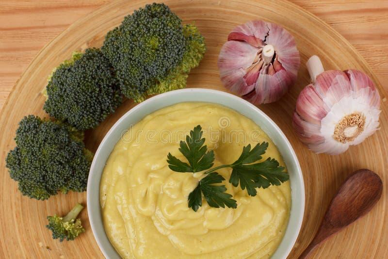 Soupe crème végétale avec le brocoli, ail, persil images libres de droits