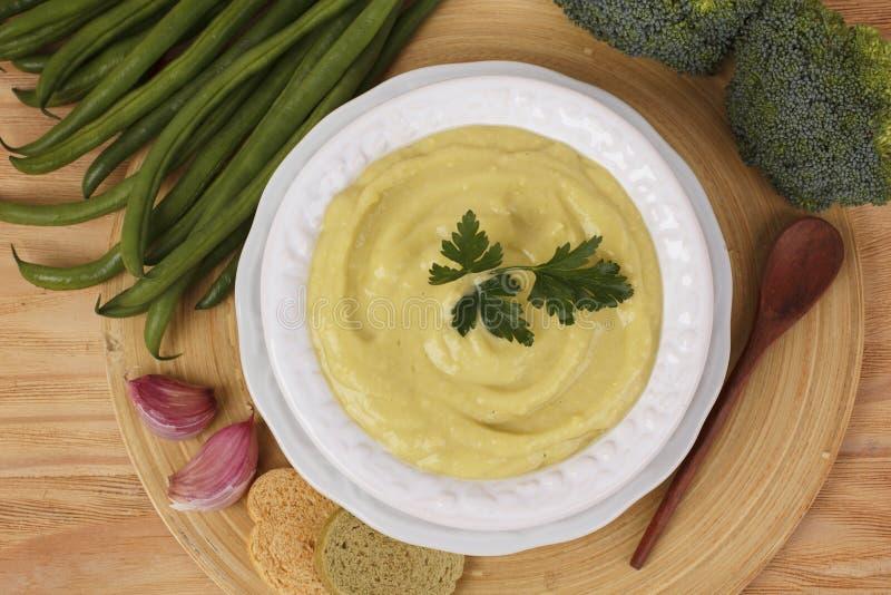 Soupe crème végétale avec le brocoli, haricots verts, ail, persil photo stock