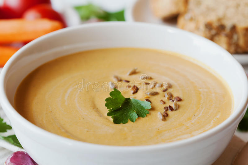 Soupe crème végétale végétarienne avec l'aubergine et les carottes dans la cuvette blanche sur la table en bois photo libre de droits