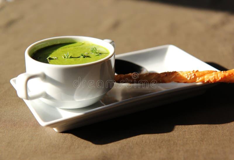 Soupe crème verte de céleri avec le biscuit photographie stock