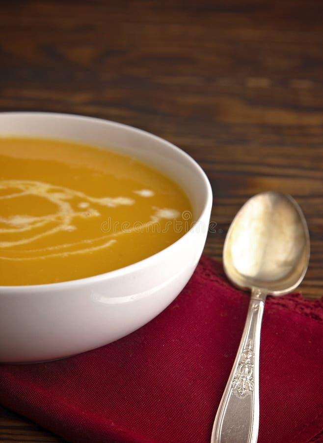 Soupe crémeuse à courge de Butternut sur un Tableau en bois photographie stock
