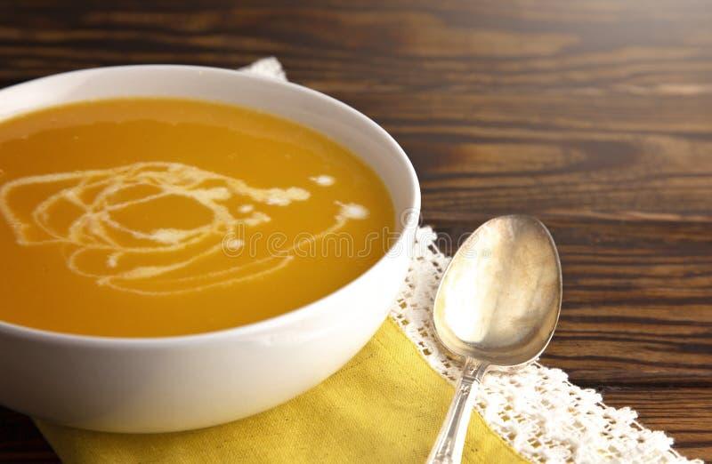 Soupe crémeuse à courge de Butternut sur un Tableau en bois image libre de droits