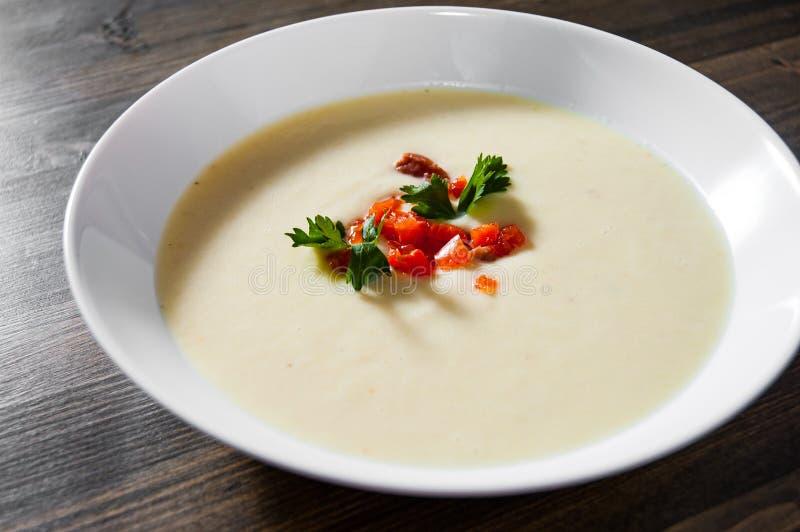 Soupe crémeuse à poissons avec des saumons, des pommes de terre, des oignons, le chou-fleur et des carottes image libre de droits