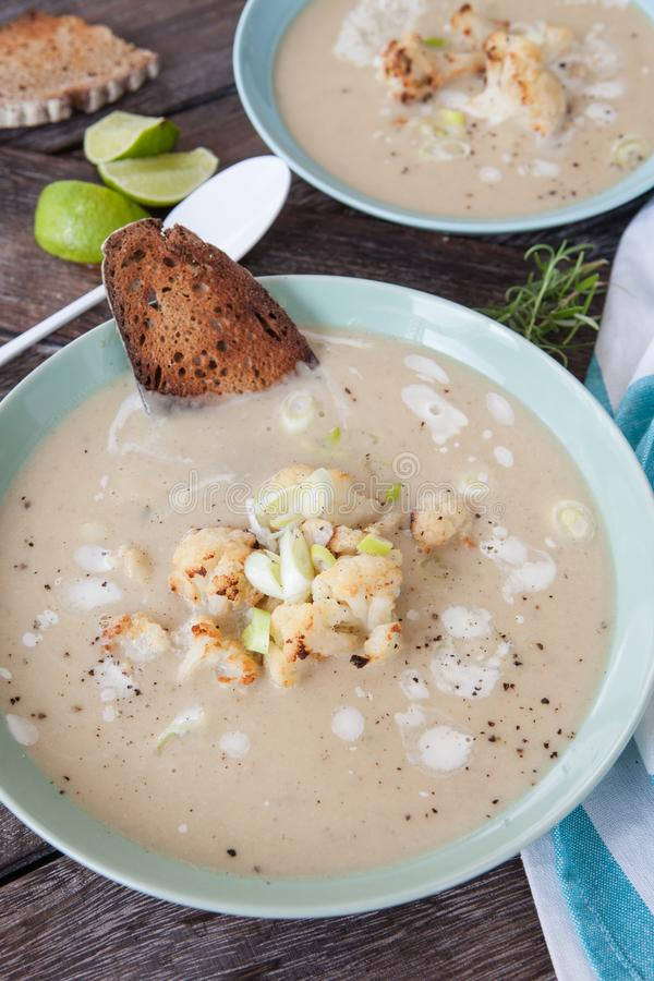 Soupe crémeuse avec le chou-fleur rôti photos libres de droits