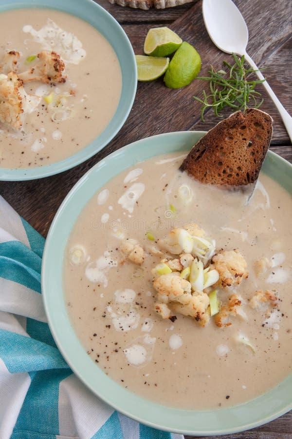 Soupe crémeuse avec le chou-fleur rôti photographie stock