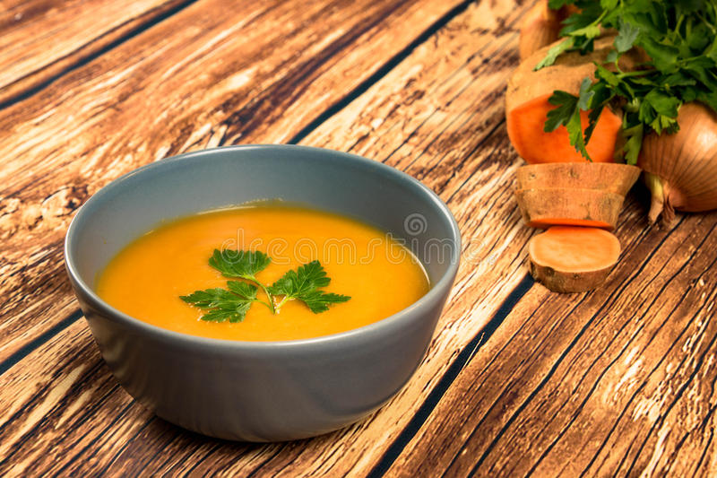 Soupe crémeuse orange à ignames photos stock