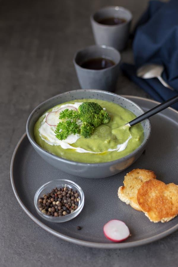 Soupe cr?me avec le brocoli et la cr?me sure photographie stock libre de droits