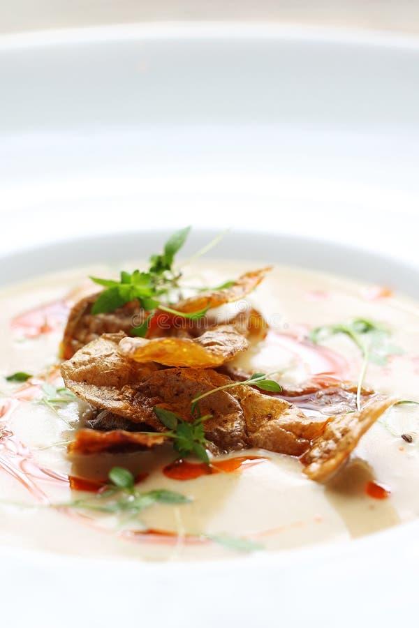Soupe cr?me faite de pommes de terre cuites au four avec les pommes de terre cuites au four photographie stock