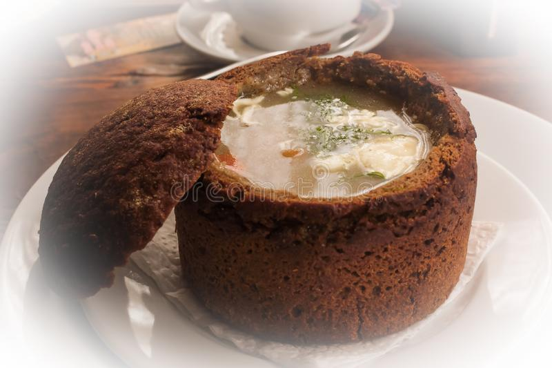 Soupe dans le bol de pain du plat blanc photos stock