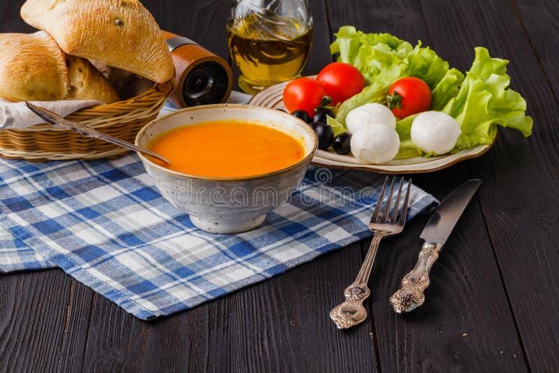 Soupe de chauffage à potiron, faites maison traditionnels avec du pain et des antipasti photos libres de droits