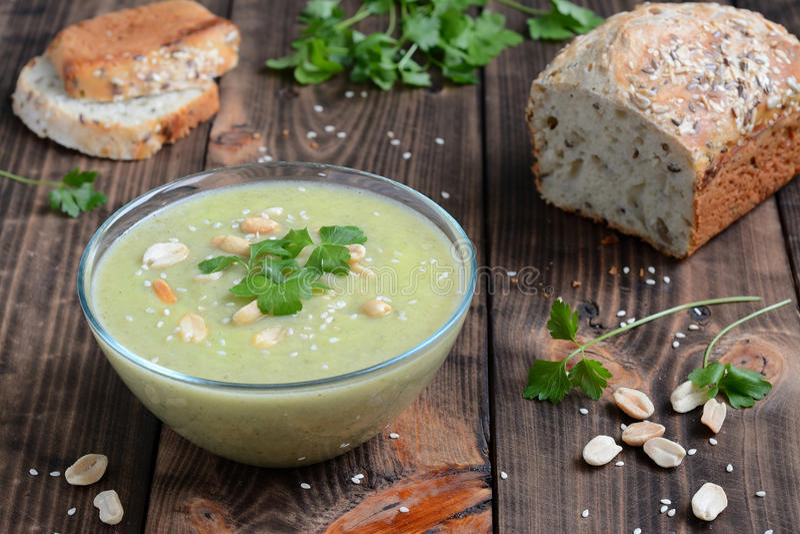 Soupe de courgette et d'arachides photo stock