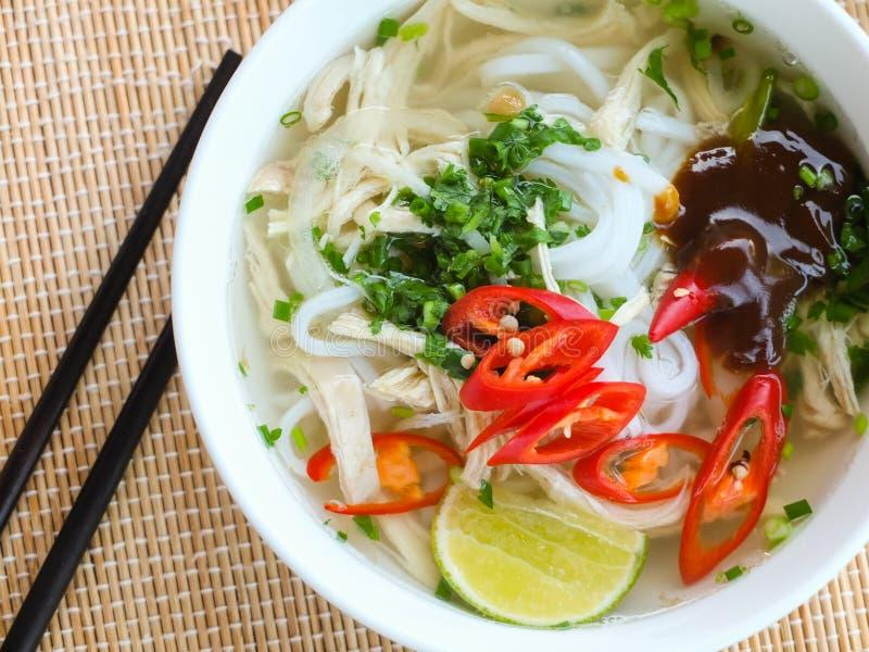 Soupe de nouilles asiatique de riz de poulet photos libres de droits