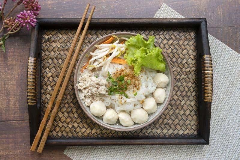 Soupe de nouilles avec des côtelettes de porc et boule de porc sur le plateau et le cho en bambou photos libres de droits