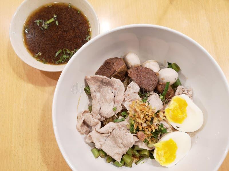 Soupe de nouilles avec du porc cuit photographie stock libre de droits