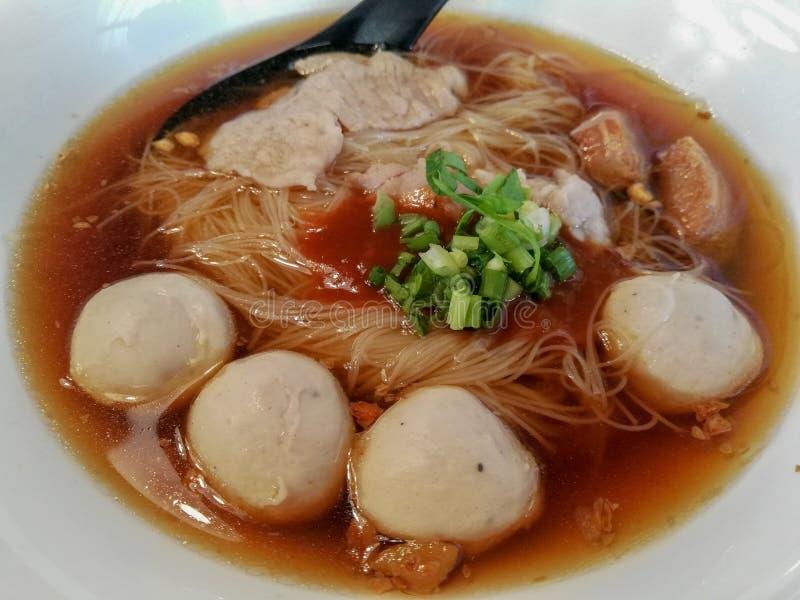 soupe de nouilles avec la boule et le porc de poissons photographie stock