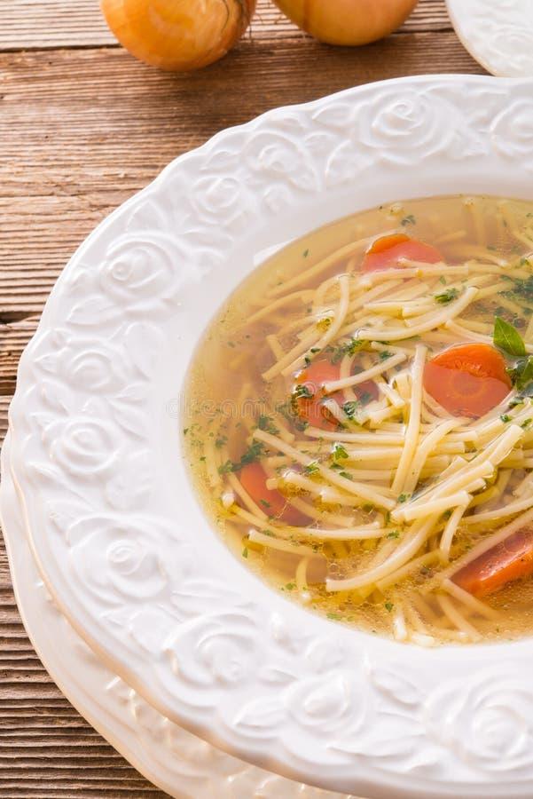 Soupe de nouilles avec le bouillon de boeuf images stock