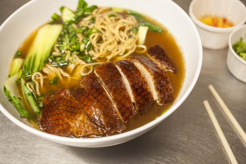 Soupe de nouilles avec le canard photo libre de droits
