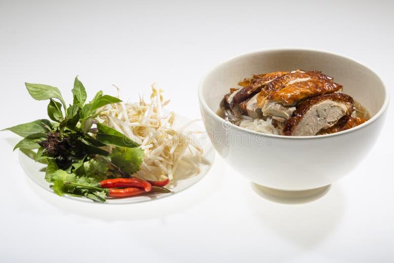 Soupe de nouilles avec le canard rôti par Chinois photos libres de droits