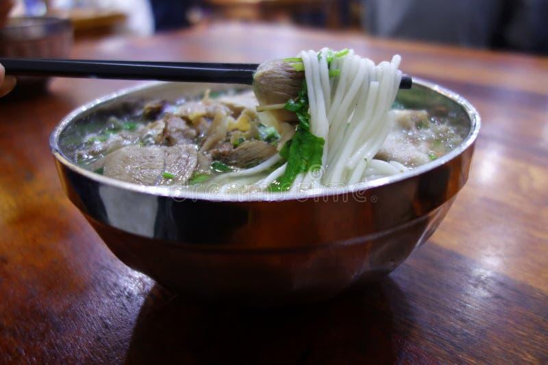 Soupe de nouilles chinoise de riz d'agneau photographie stock libre de droits