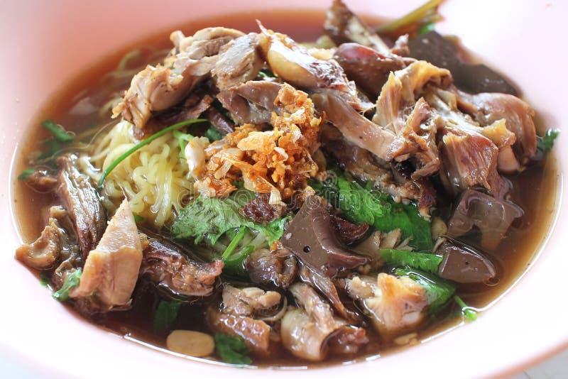 Soupe de nouilles d'oeufs avec de la viande rôtie de canard photos stock