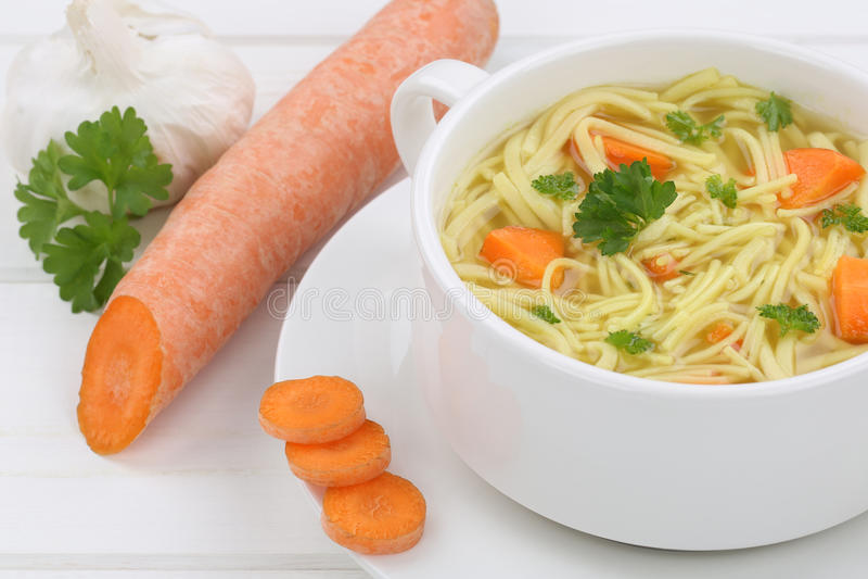 Soupe de nouilles dans la tasse avec le plan rapproché frais de nouilles photos stock