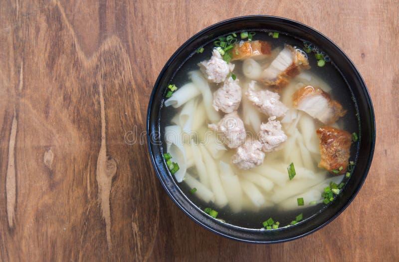 Download Soupe De Nouilles De Porc Sur La Table En Bois Image stock - Image du nourriture, frais: 87709561
