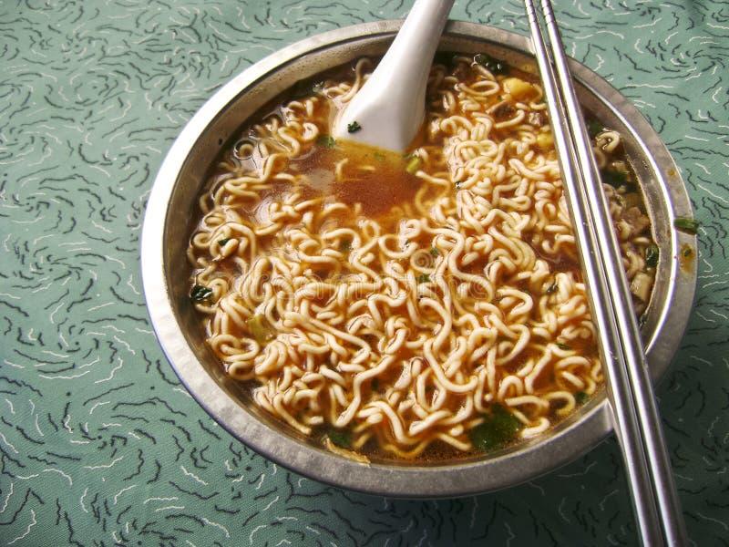 Soupe de nouilles instantanée épicée asiatique photographie stock