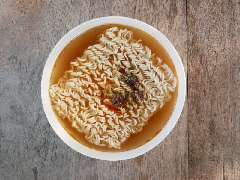 Soupe de nouilles rapide Bol de nouilles instantan?es Ramen japonais image stock
