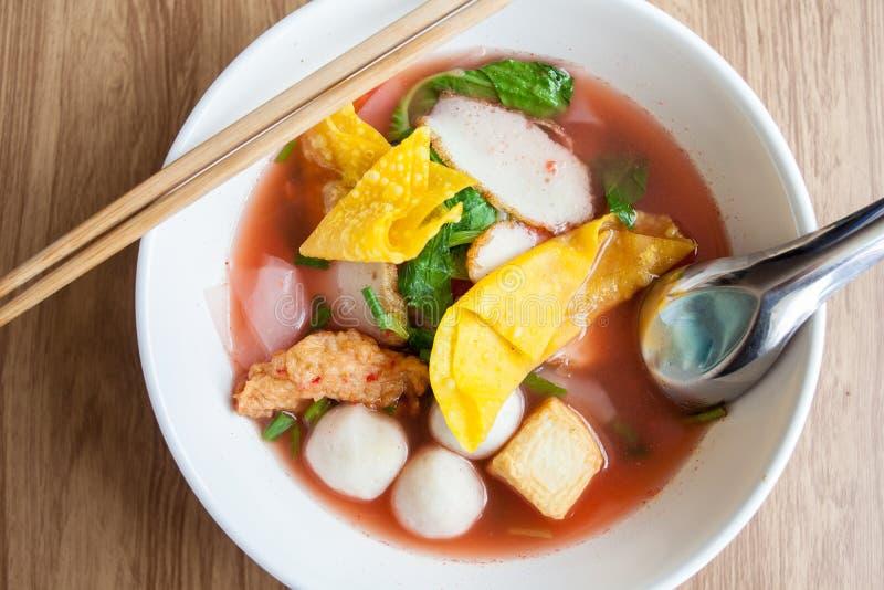Soupe de nouilles rouge avec la boule de chair de poissons, Yen merci FO de fofu, photographie stock libre de droits