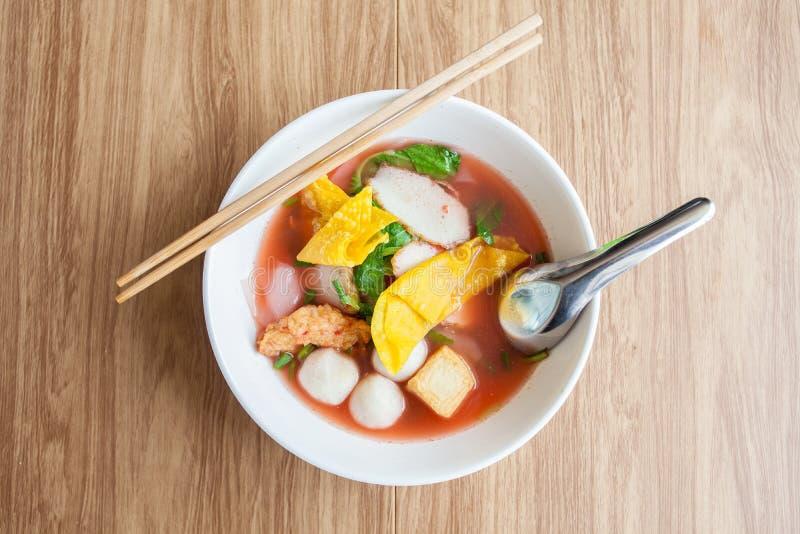 Soupe de nouilles rouge avec la boule de chair de poissons, Yen merci FO de fofu, image stock