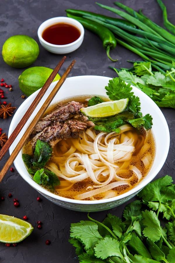 Soupe de nouilles vietnamienne de Pho Boeuf avec des piments, Basil, nouille de riz images stock