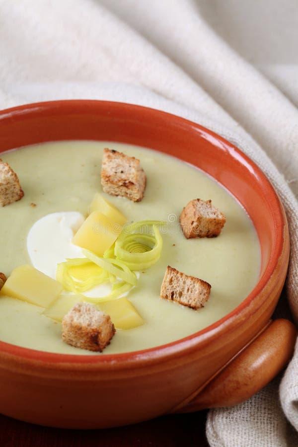 Soupe de poireau et aux pommes de terre photographie stock