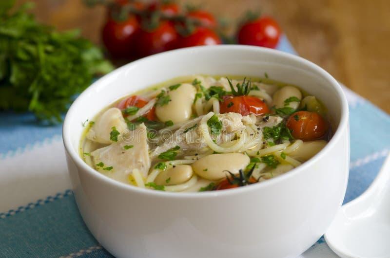Soupe de poulet et aux fèves photo libre de droits